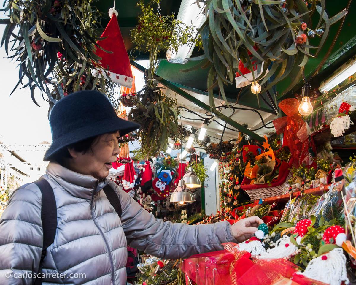 En el mercado navideño de la Plaza Nova (plaza de la Catedral)