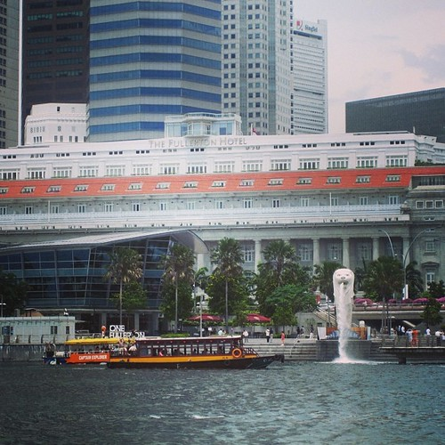 The Fullerton Hotel and the Merlion #singapore by @MySoDotCom