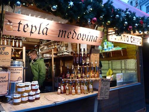 Puesto de medovina en un mercadillo navideño de Praga