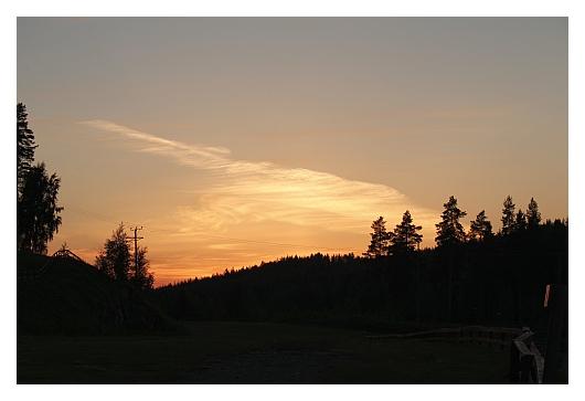 Viimeiset merkit juhannusyön auringosta. Auringonlaskun pilviä.