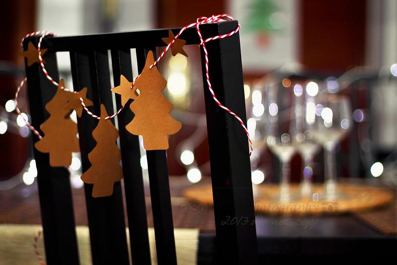 árbol Navidad, silla mesa copas bokeh. Christmas