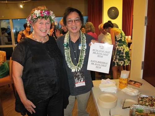 Bà Giám đốc LHPQT Hawaii cùng ĐD ĐNM trong tiệc mừng sinh nhật ông ở Hawaii tháng 10.2013.