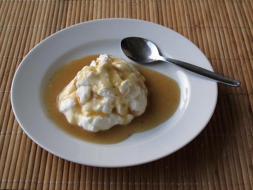 Butterscotchsauce zu stichfestem Joghurt
