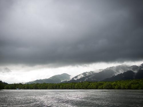 远方的山有着云层的眷恋