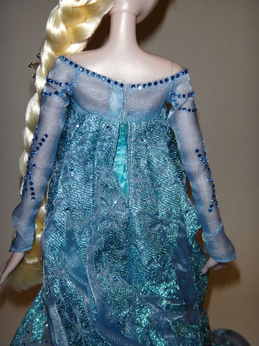 Harrods Limited Edition Anna and Elsa Doll Set - LE 100 - Frozen - UK Disney Store - Deboxing - Elsa - Dress Closed - Lying Down - Midrange Rear View