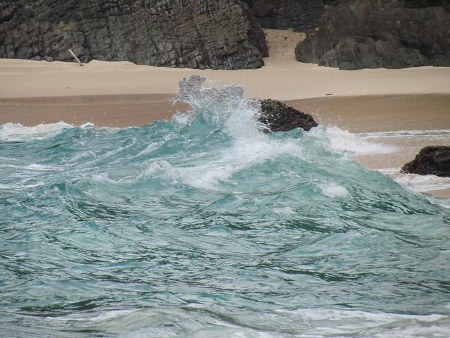 Ombak pinggiran di Teluk Hijau
