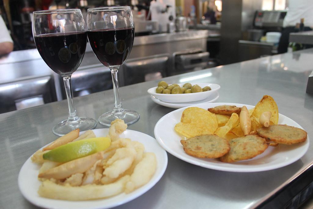 Tapear en Sevilla. Choco frito y tortillitas de bacalao, en 'Bar Manolo'