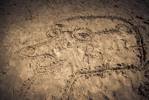 Drawing In The Sand (Taupe Chef) - Dessin et photo de Gilderic
