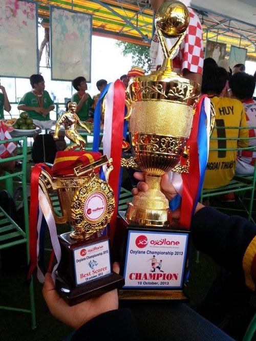 Với chiếc cúp vô địch giải bóng đá Oxylane Championship 2013