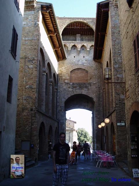 Casa puente en San Gimignano pueblo de torres medievales