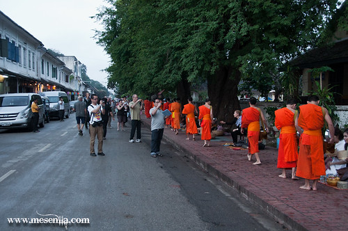 Carrer de Luang Prabang amb els monjos budistes mendicants