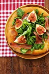 Prosciutto and figs pizza