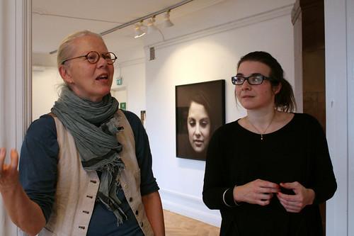 Annika Svenbro och Julia Peirone på Konstforum. I bakgrunden Violet vertigo av Julia Peirone.