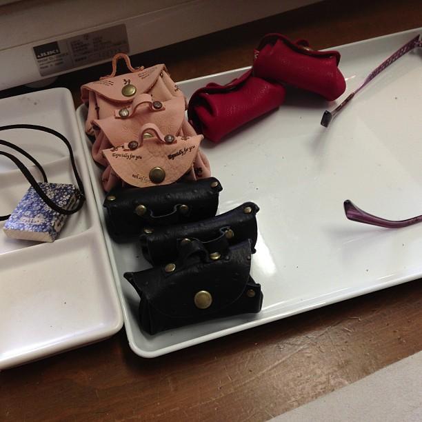 母が頑張ってバッグ型ネックレス作ってます^^;