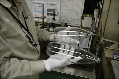 コーティングしていないビンにはキズが!@日本山村ガラス東京工場