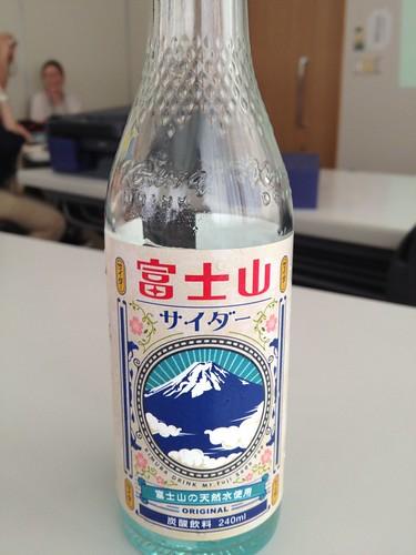 富士山サイダーのボトルは富士山をイメージ
