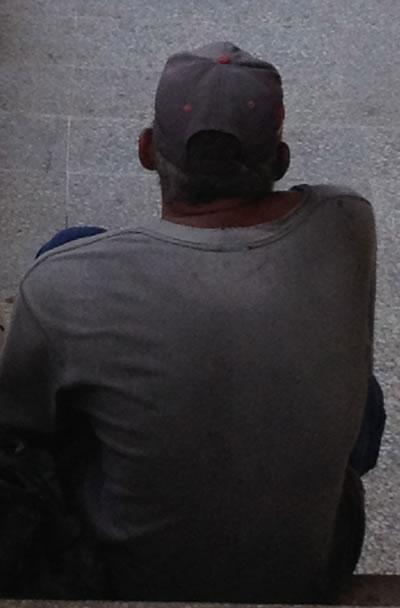 hombre_de_espaldas