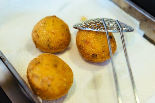 Arancini met pistache, saffraan en pecorino maken: tot goudbruin frituren in zonnebloemolie van 170 graden