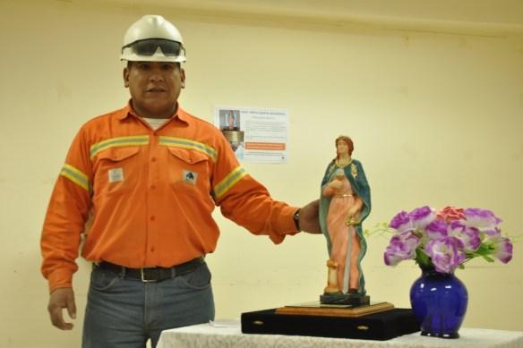 Secundino Vázquez, perforista de mina oriundo de Antofagasta de la Sierra con Santa Bárbara, Patrona de los Mineros.