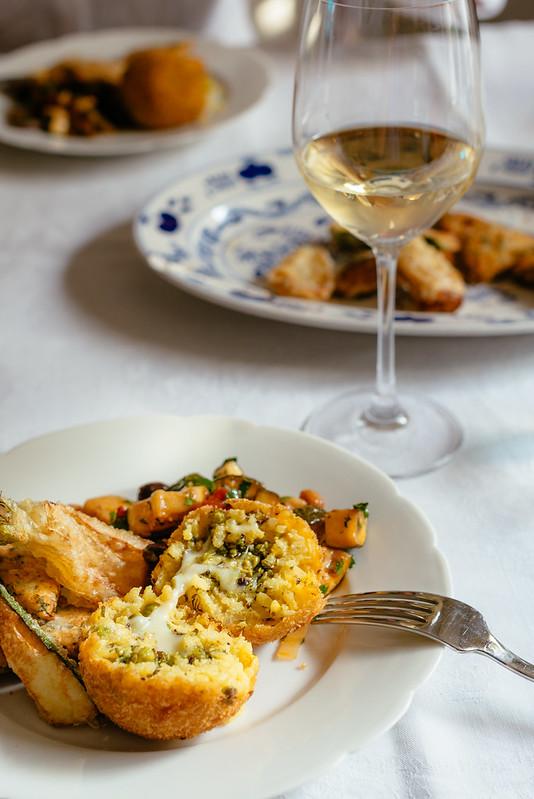 Arancini met pistache, saffraan en pecorino, nog wat caponata en fritto misto