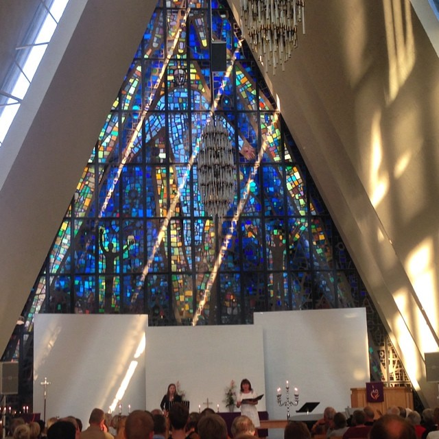 Precioso concierto de medianoche en la catedral del Ártico #laponianoruega