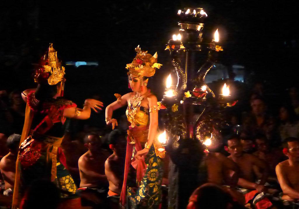 Pura Taman Kemuda Saraswati - Kecak - Danseuses