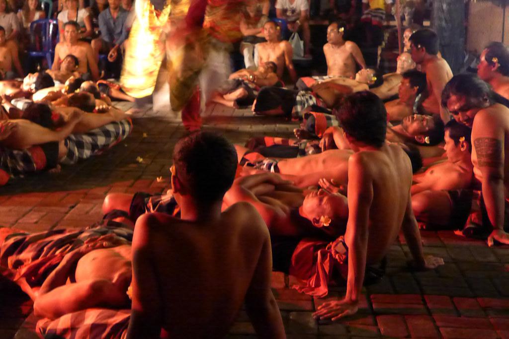 Pura Taman Kemuda Saraswati - Kecak - Chanteurs
