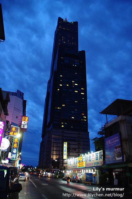 往苓雅夜市的路上轉頭拍85大樓。