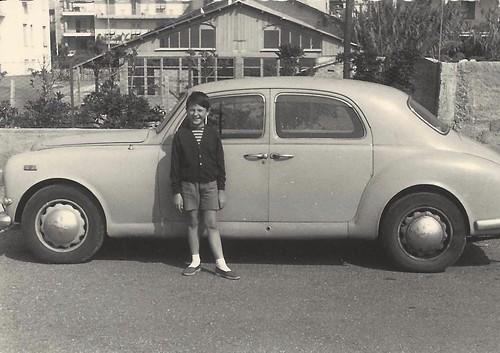 1956-Paolo-Rampini-con-lauto-del-padre
