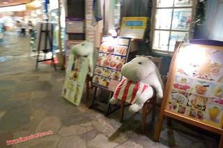 P1060514 Puedes comer junto al hipopotamo. Canal City, centro comercial (Fukuoka) 12-07-2010 copia
