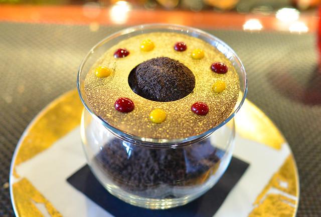 LE CHOCOLAT TENTATION creamy valrhona chocolate ganache, ice cocoa nibs, oreo cookie