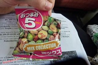 P1060363 Aperitivo nippon en el tren (Fukuoka-Dazaifu) 12-07-2010 copia