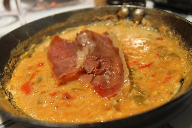 """Huevos """"fritos"""" sobre fondue de pimientos, tomates, cebolla y ajo"""