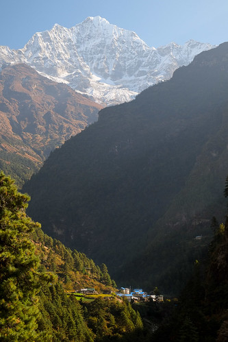 Dudh Kosi valley. Just above Phakding