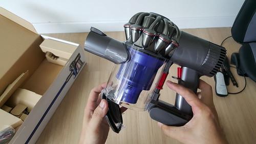 จะเทฝุ่นออก ง่ายมาก แค่ดัดสวิตช์ลง ฝาปิดถังเก็บฝุ่นก็เปิดออก ฝุ่นก็ร่วงลงถังขยะเลย