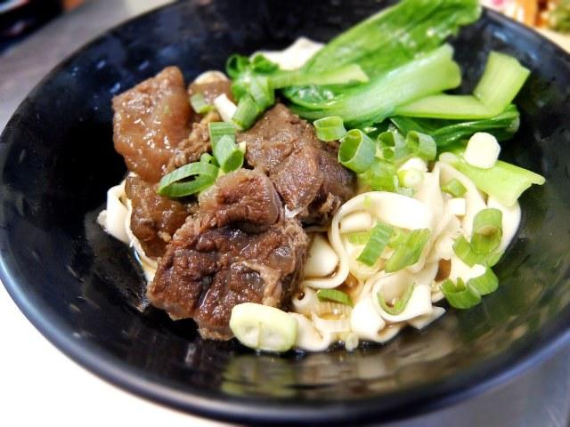牛肉乾拌麵,底下是就很簡單的牛肉原汁....