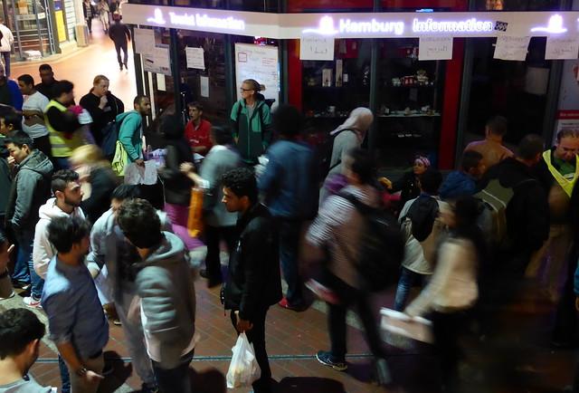 Momentaufnahme im Hbf. Hamburg: Refugees welcome
