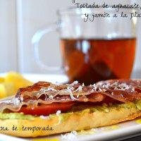 Tostada de aguacate, tomate y jamón a la plancha (Desayuno ligero)