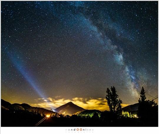 De Melkweg samen met de lichtvervuiling van het dorp Castellane (Frankrijk)