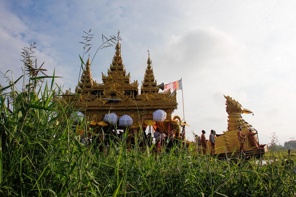 Phaung Daw U Pagoda Festivalen på Inle Lake