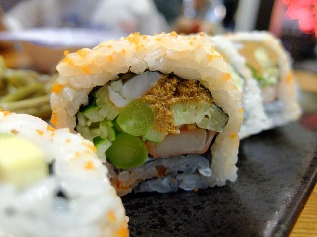 花壽司,裡頭餡料很豐富