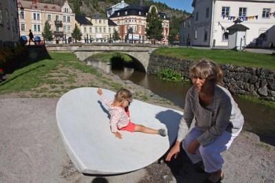 Konstnären Inger Sannes med skulpturen Tidvatten
