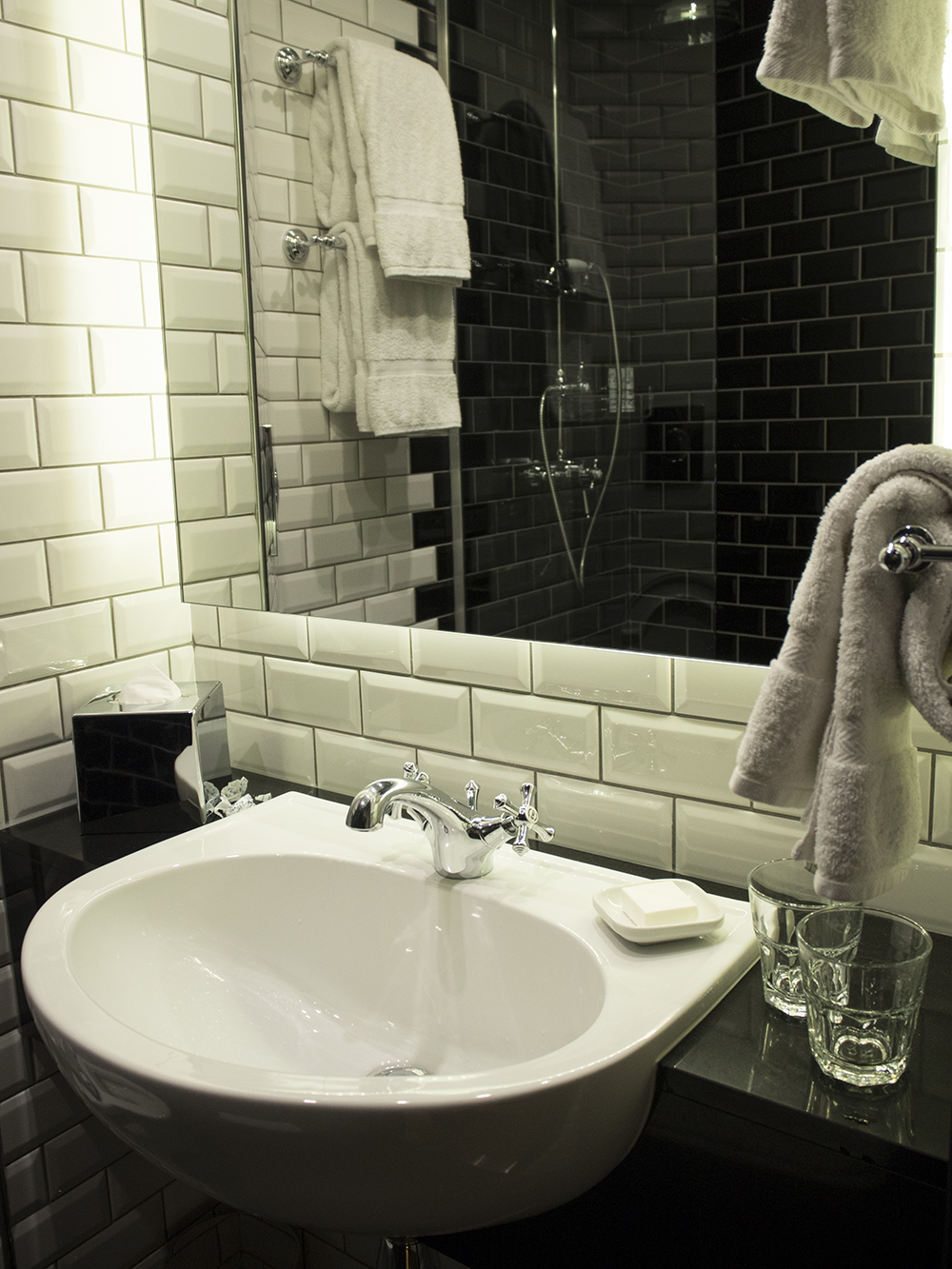 bathroom-hoxton-hotel-shoebox-room