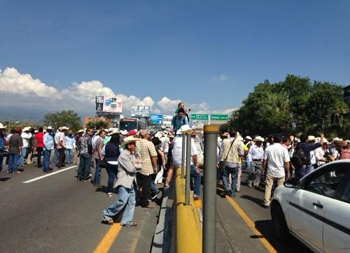 Campesinos de Morelos bloquean la autopista del Sol