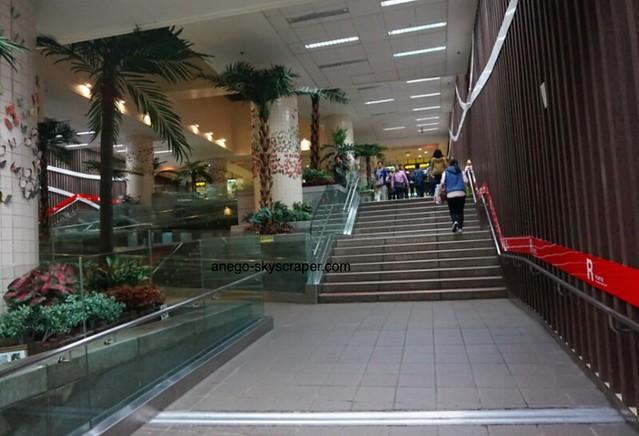 不意に現れる階段@中山地下街