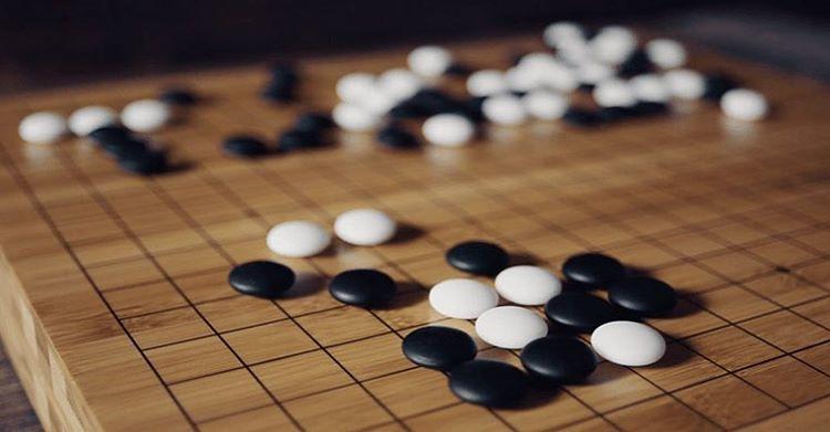 """""""日本开发的人工智能围棋软件DeepZenGo与赵治勋九段对局,赵治勋执黑中盘胜利,DeepZenGo,仅使用2个多核心CPU,性能与AlphaGo差距较大。AlphaGo采用的是分布式的版本,拥有1920个CPU和280个GPU,计算能力强大,每下一局棋,电费就要花3000美元。"""""""