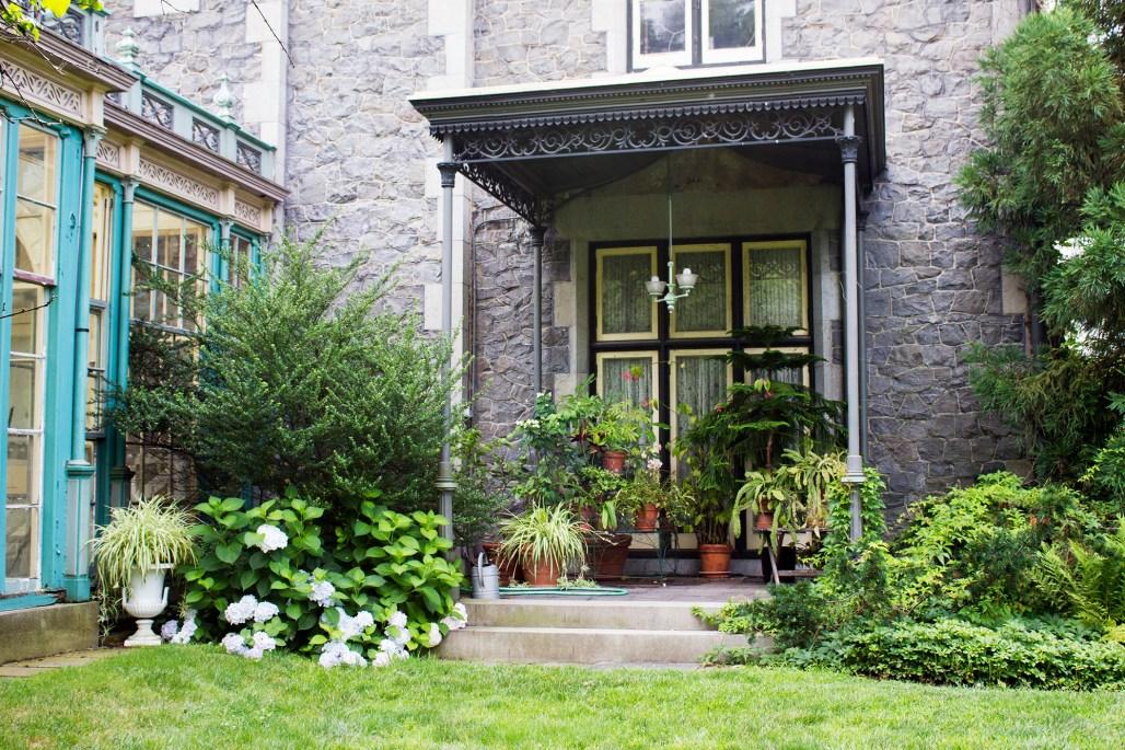 rockwood-mansion-park-porch-plants