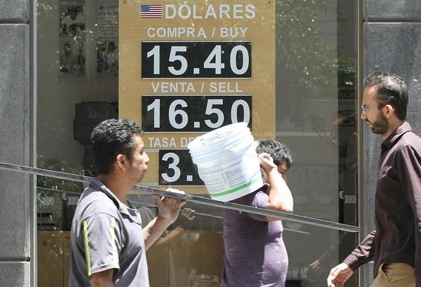 Peso cierra la semana en mínimos históricos