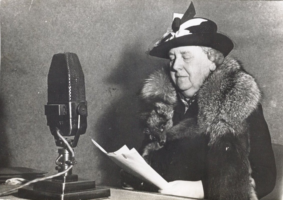 Queen Wilhelmina reading a speech for Radio Oranje in 1940