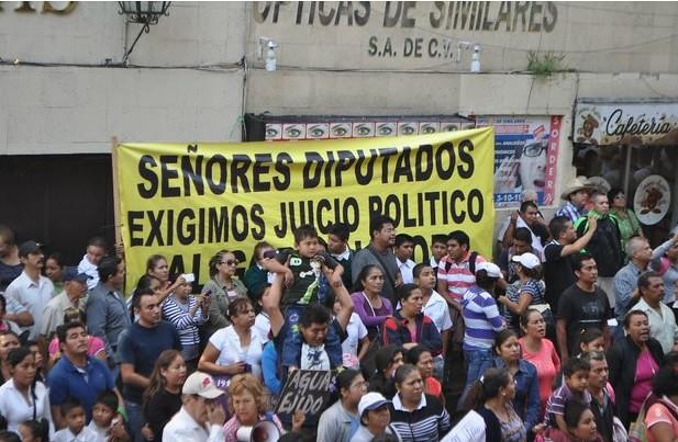 Chocan policías y manifestantes en el Congreso de Morelos